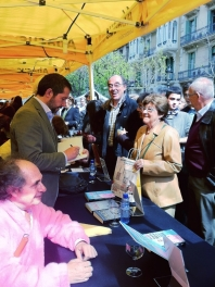 Carles Porta signing books on Sant Jordi's day